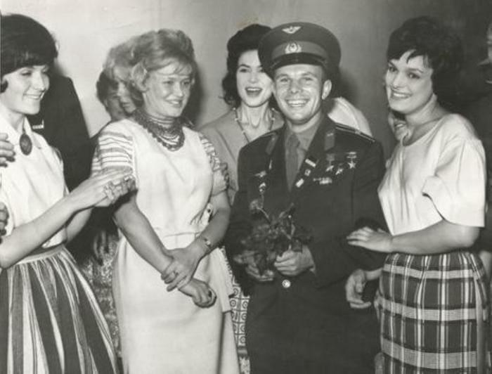 Юрий Гагарин с советскими манекенщицами (Елена Изергина на фото справа, держит его под руку) | Фото: vilingstore.net