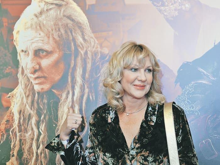 Елена Яковлева на фоне афиши фильма *Последний богатырь*, 2017 | Фото: souzveche.ru