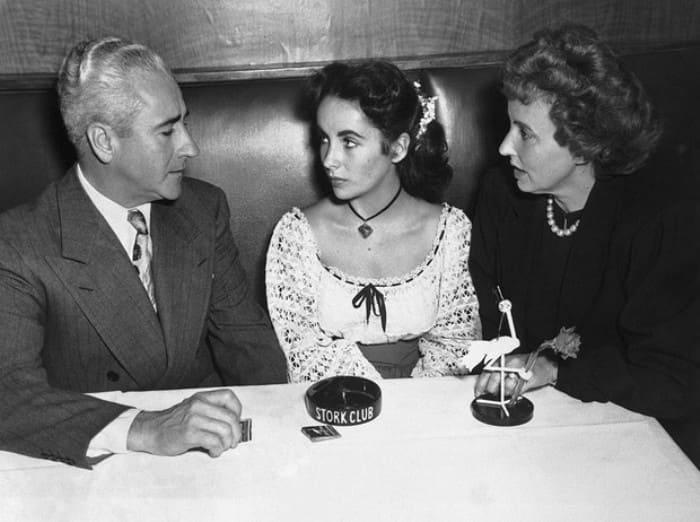 Элизабет Тейлор с родителями, 1949 | Фото: marieclaire.ru