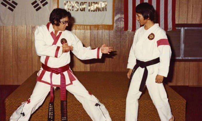 Певец был обладателем черного пояса по каратэ | Фото: fitnessguide.pro