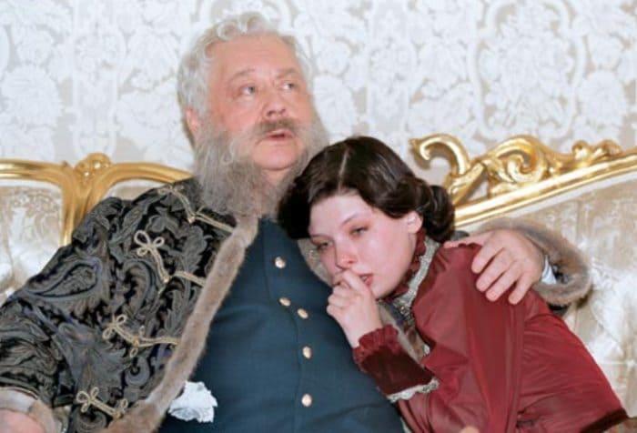 Олег Табаков и Эмилия Спивак в фильме *Статский советник*, 2005 | Фото: kino-teatr.ru