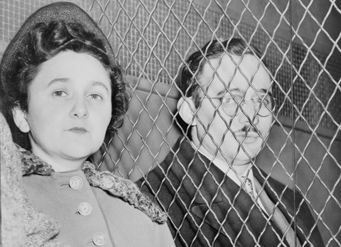 Этель и Юлиус Розенберги, фото сделано после вынесения приговора | Фото: jew-observer.com
