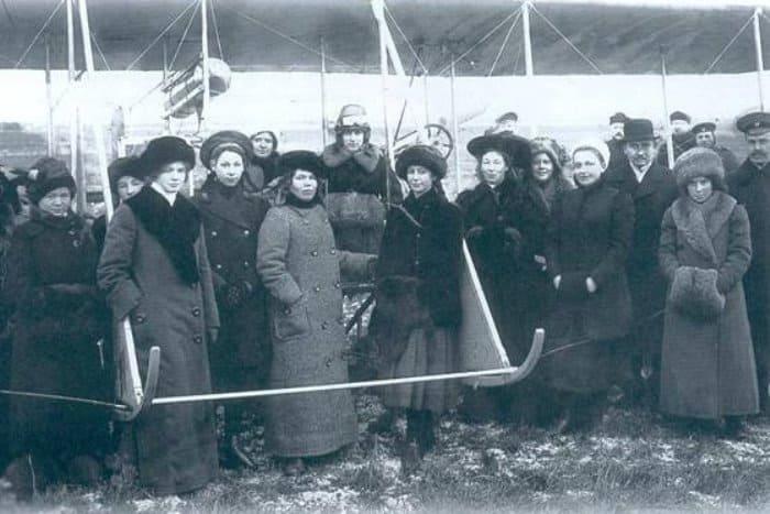 Женщина-авиатор княгиня Шаховская (в центре, в шлеме) с преподавателями женской гимназии на аэродроме, 1912   Фото: gorod.cn.ua