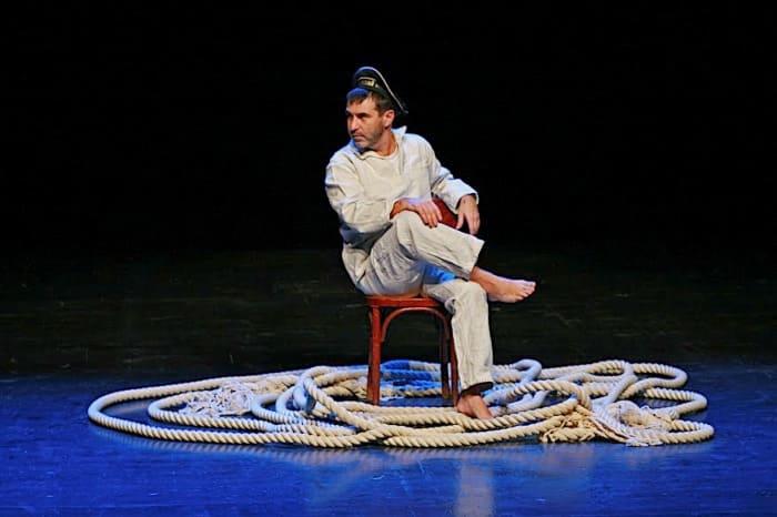 Евгений Гришковец в моноспектакле *Как я съел собаку*   Фото: forumdaily.com