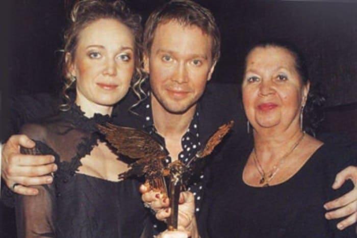 Актер с сестрой и мамой | Фото: 24smi.org