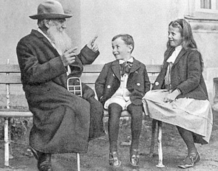 Лев Толстой рассказывает внукам сказку