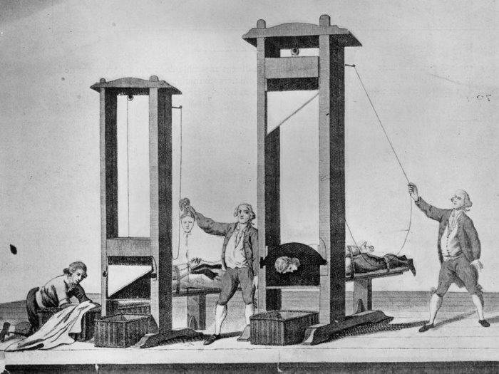 Профессиональный инструмент палачей – гильотина