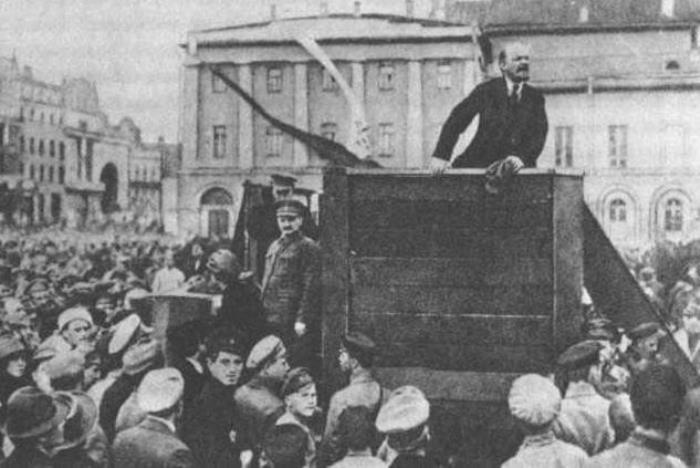Ленин во время выступления на митинге | Фото: comstol.info