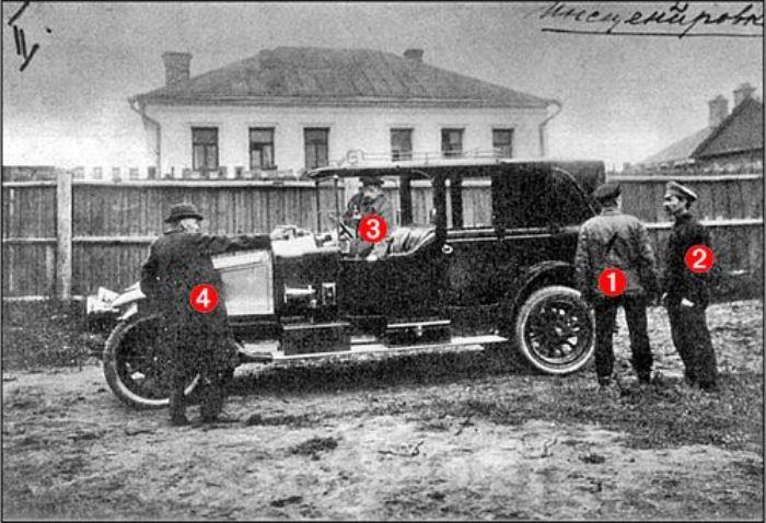 Следственный эксперимент покушения на В. И. Ленина в 1918 году (1 – место, где стоял Ленин, 4 – место, с которого стреляла Каплан) | Фото: nnm.me