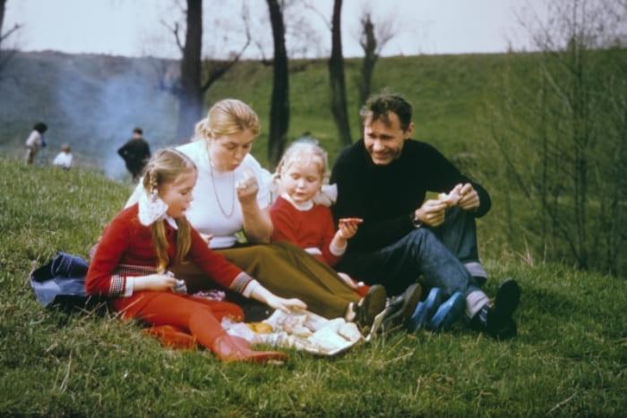 Василий Шукшин с семьей | Фото: rg.ru