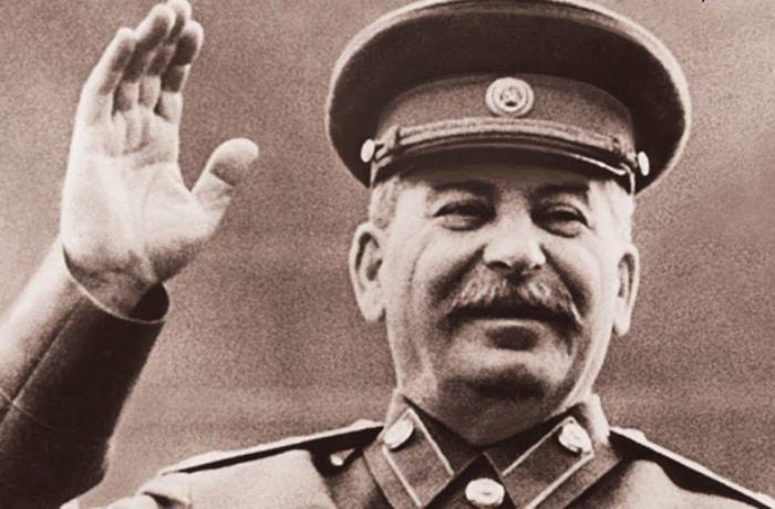 Сталин приветствует колонны демонстрантов (или не Сталин?) | Фото: kvedomosti.com