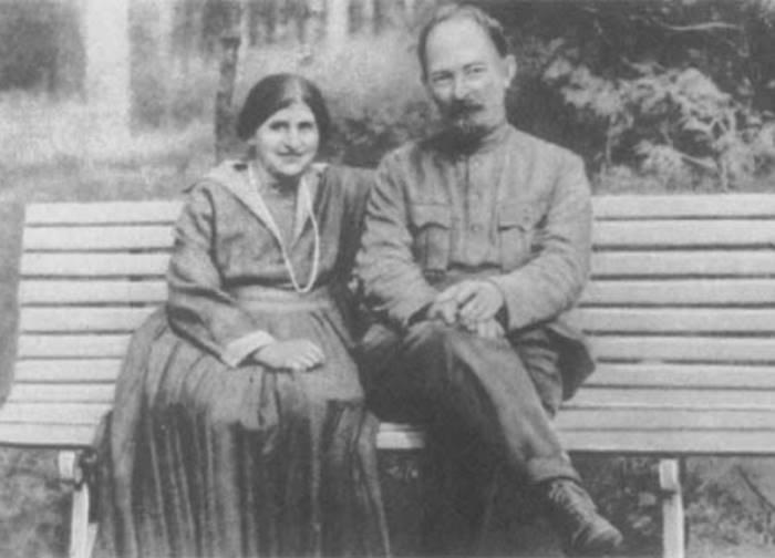 Дзержинский с женой Софьей на даче под Москвой, 1923 | Фото: booksonline.com.ua
