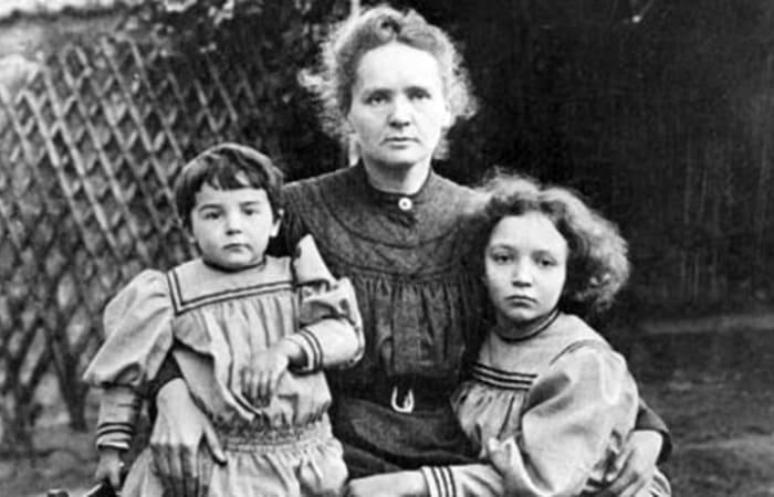 Мари Кюри с дочерьми | Фото: pics.ru