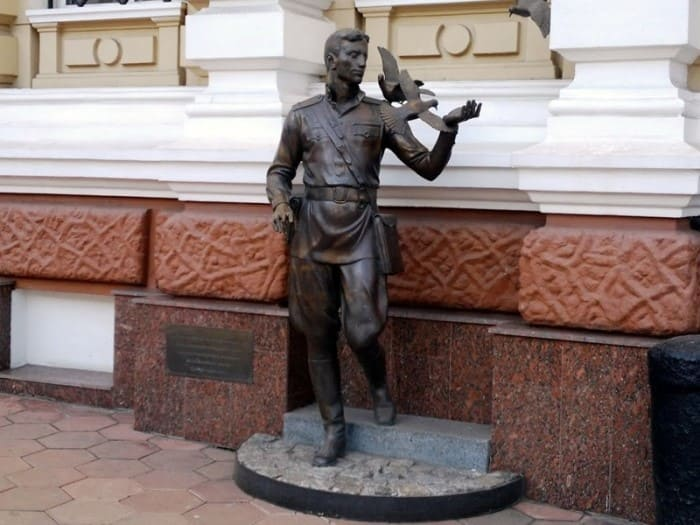 *Памятник Давиду Гоцману* в Одессе | Фото: panoramio.com