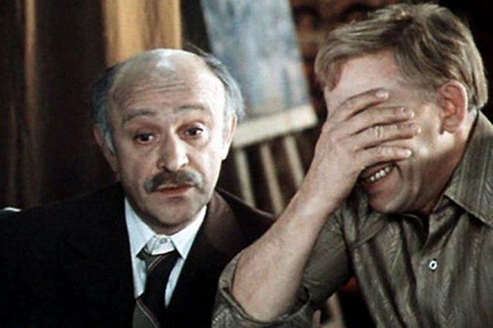 Ролан Быков и Евгений Евстигнеев в фильме *По семейным обстоятельствам*, 1977 | Фото: domkino.tv