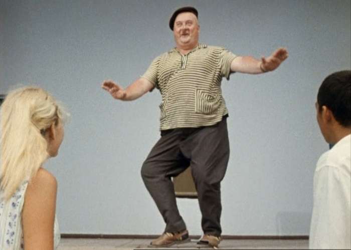 Популярный танец твист. Кадр из фильма *Кавказская пленница*, 1966   Фото: kino-teatr.ru
