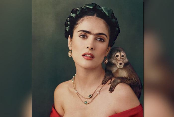 Сальма Хайек в фотосессии в образе Фриды Кало (*Автопортрет с обезьянкой*) | Фото: rubic.us