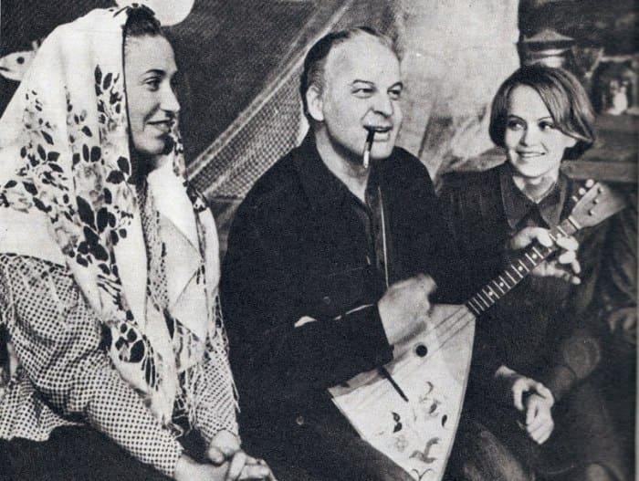 Станислав Ростоцкий на съемках фильма *А зори здесь тихие…*, 1972 | Фото: kino-teatr.ru