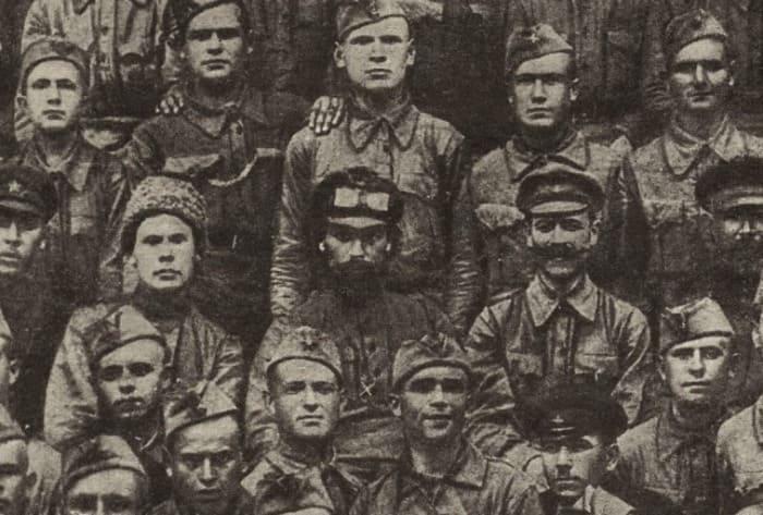 Николай Щорс среди курсантов школы комсостава, 1935 | Фото: kraevedoff.ru