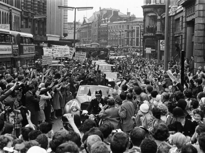 Толпа людей, встречавших советского космонавта в Лондоне, 11 июля 1961 г. | Фото: marieclaire.ru