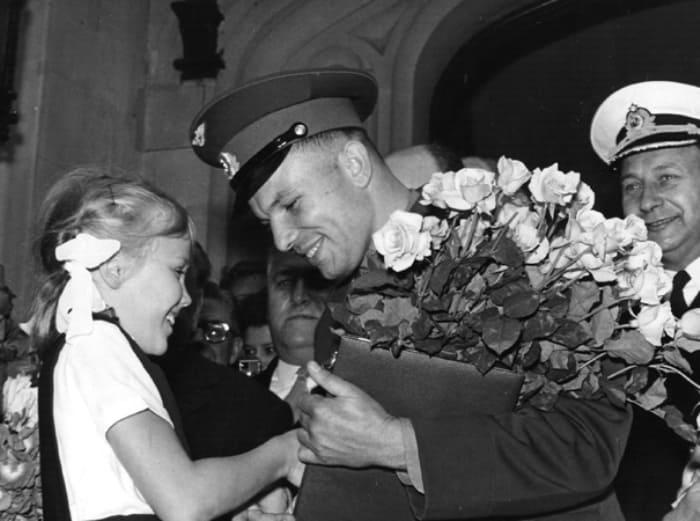 Английская девочка дарит цветы Гагарину у советского посольства в Лондоне, 11 июля 1961 г. | Фото: marieclaire.ru