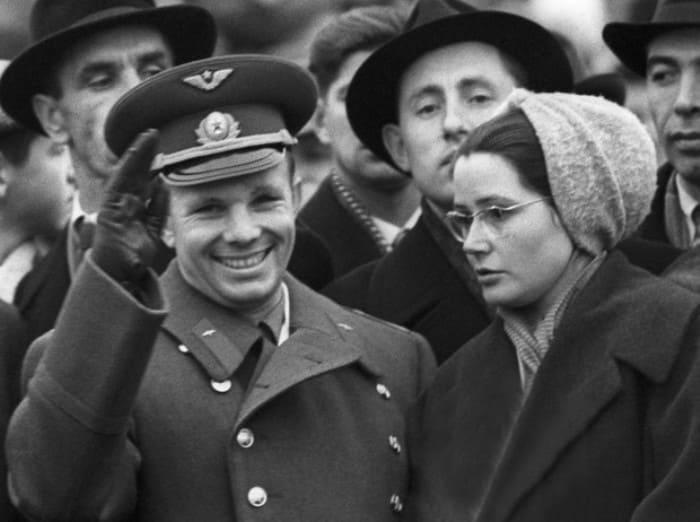 Космонавт с женой Валентиной на Красной площади, 7 ноября 1961 г. | Фото: marieclaire.ru