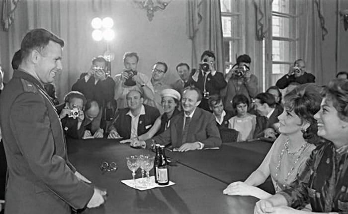 Джина Лоллобриджида и Юрий Гагарин на II Московском международном кинофестивале, июль 1961. Фото Я. Халипа | Фото: dubikvit.livejournal.com