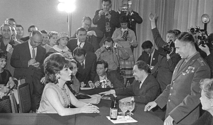Джина Лоллобриджида и Юрий Гагарин на II Московском международном кинофестивале, июль 1961 | Фото: dubikvit.livejournal.com