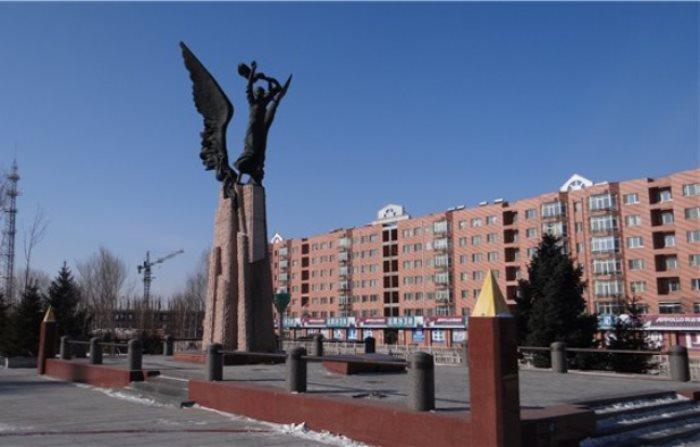 Памятник 17-летней переводчице *Посланник дружбы и мира*