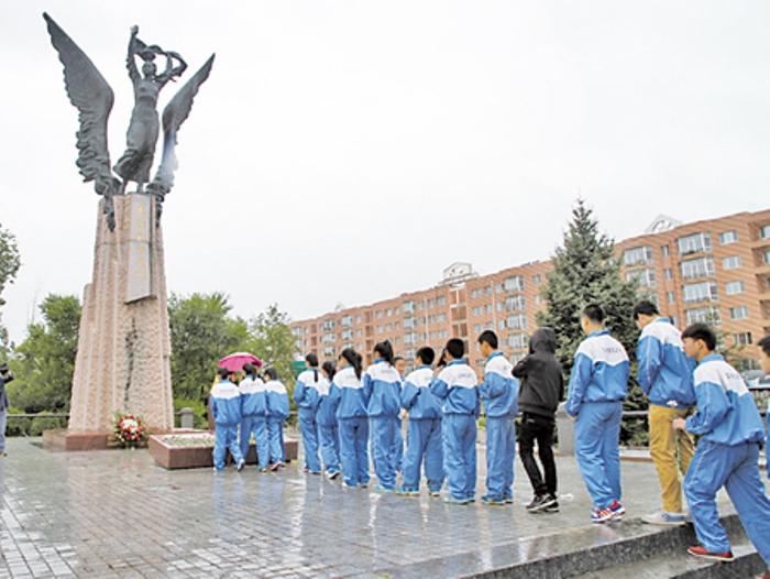 Китайцы у памятника русской переводчице
