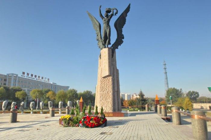 Китай, Суйфэньхэ, памятник русской переводчице Галине Дубеевой