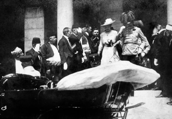 Эрцгерцог Франц Фердинанд с женой за несколько минут до покушения | Фото: oldpicz.com