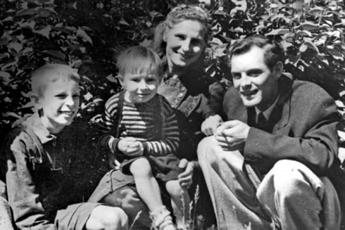 Геннадий Нилов (слева) с семьей Павла Кадочникова   Фото: 24smi.org