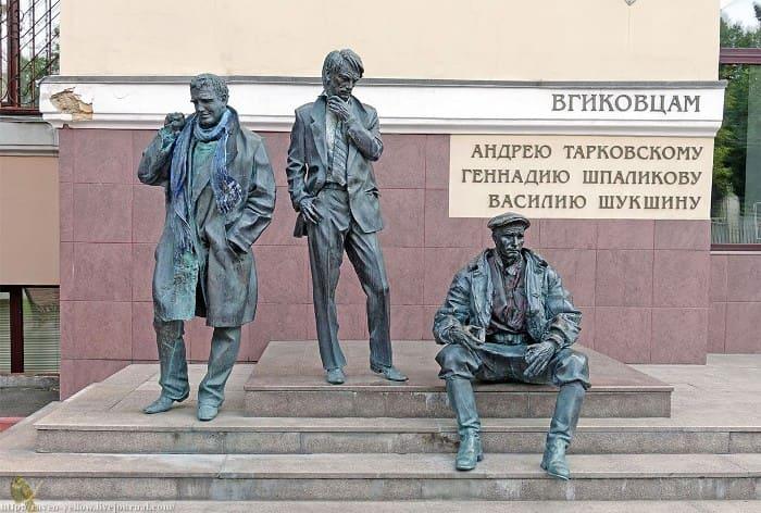 Памятник знаменитым выпускникам ВГИКа | Фото: raven-yellow.livejournal.com