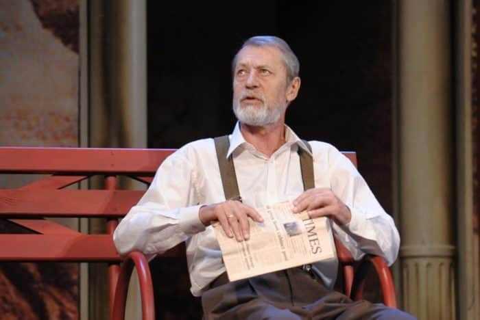 Актер на сцене театра | Фото: biographe.ru