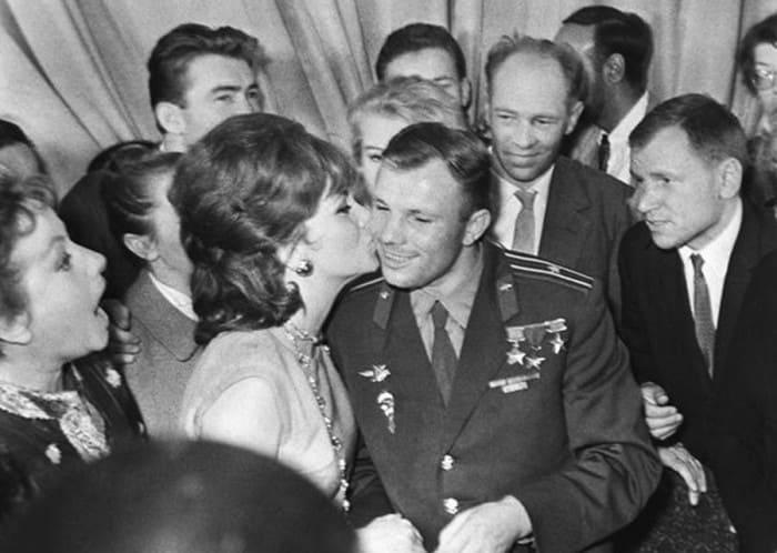 Джина Лоллобриджида и Юрий Гагарин. Москва, 1961 | Фото: dubikvit.livejournal.com
