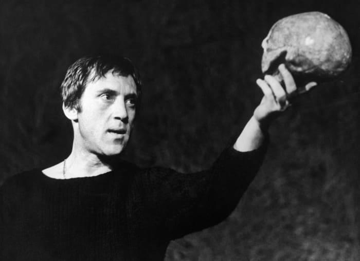 Владимир Высоцкий в спектакле *Гамлет* в Театре на Таганке, 1971 | Фото: gazeta.ru