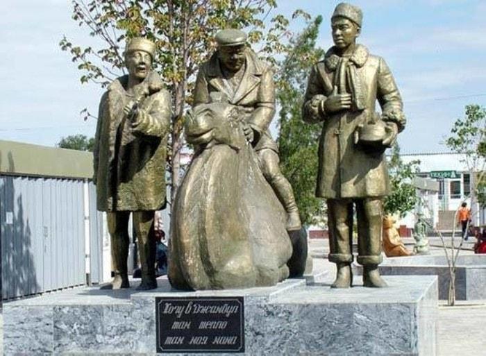 Памятник *Джентльменам удачи* в г. Тараз (Джамбул) в Казахстане | Фото: mtdata.ru
