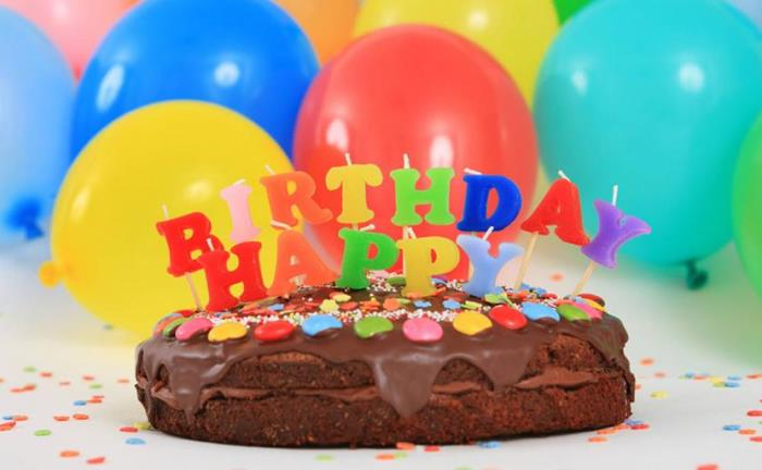 Эту песню часто исполняют, когда выносят праздничный торт   Фото: dw.com
