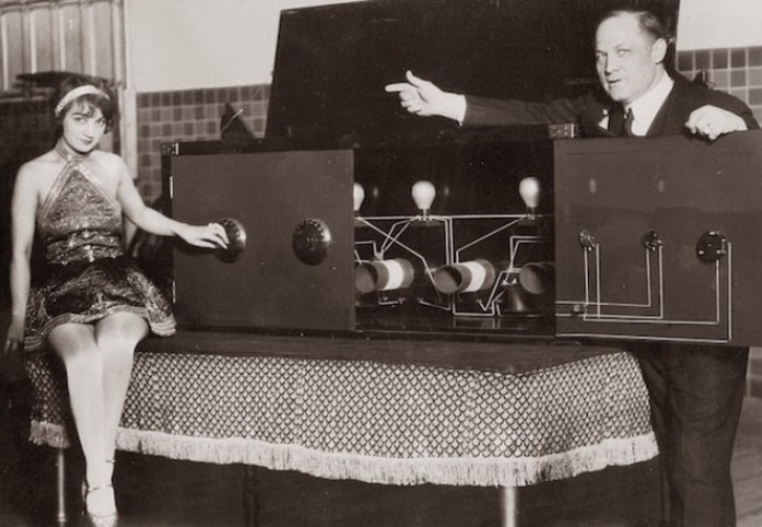 Великий иллюзионист Гарри Гудини со своей ассистенткой | Фото: flytothesky.ru