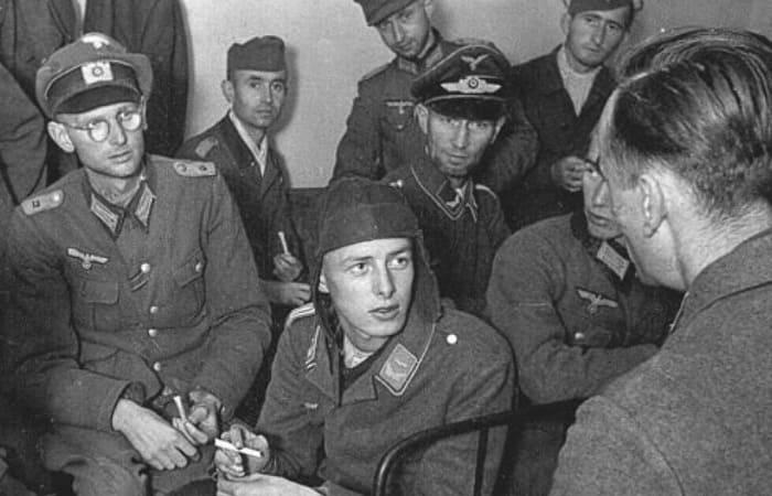 Генрих Айнзидель беседует с военнопленными-соотечественниками | Фото: news.myseldon.com