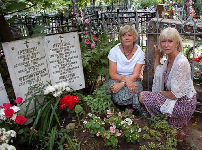 Хелен Миррен с сестрой на могиле деда в Москве   Фото: dailymail.co.uk