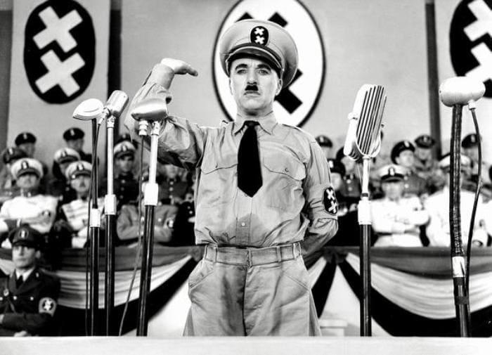 Чарли Чаплин в фильме *Великий диктатор*, 1940 | Фото: pikabu.ru