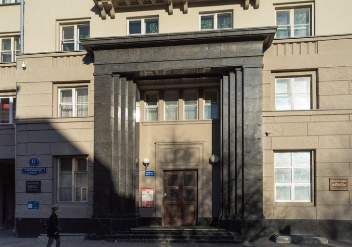 Тот самый фасад дома, выложенный *черным мрамором* | Фото: sakvoiazh.ru