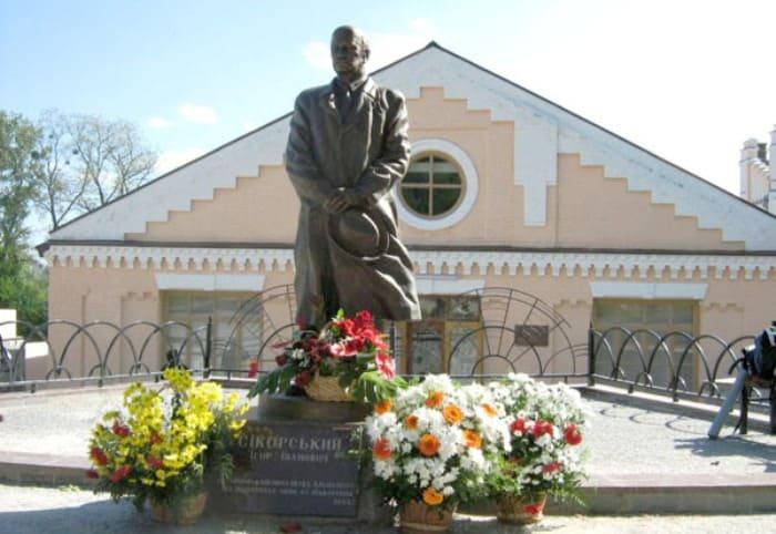 Памятник Игорю Сикорскому в Киеве | Фото: eurasian-defence.ru
