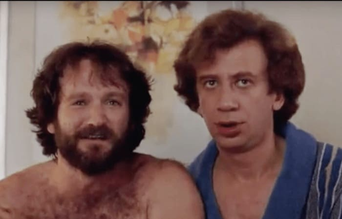Робин Уильямс и Илья Баскин в фильме *Москва на Гудзоне*, 1983 | Фото: forumdaily.com