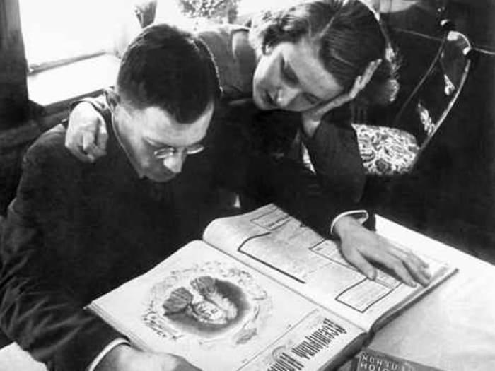 Писатель с женой рассматривают издание *Золотого теленка*, 1933 | Фото: chtoby-pomnili.net