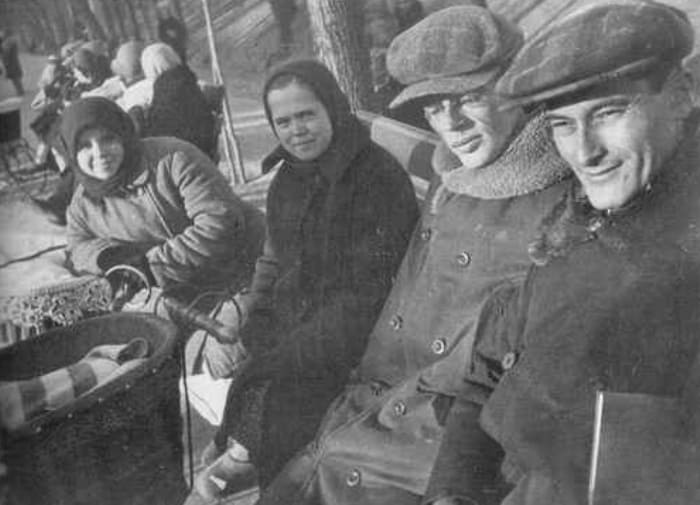 Ильф и Петров на Гоголевском бульваре. Зима 1932 г. | Фото: chtoby-pomnili.net