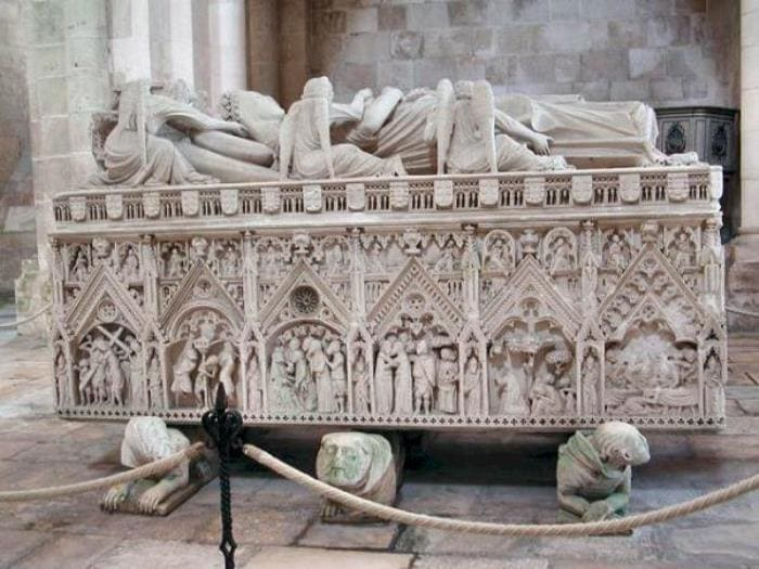 Саркофаг в соборе при монастыре Святой Марии в Алькобасе | Фото: tury.ru