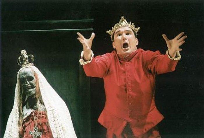 Сцена из спектакля о мертвой королеве | Фото: radikal.ru